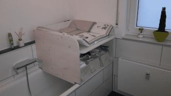 Wickelaufsatz für Badewanne mit Ablage in weiß aus Holz