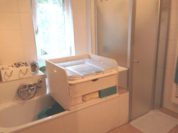 Wickelaufsatz für Badewanne mit Schublade und Ablage unten aus Holz
