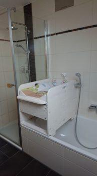 Wickelaufsatz neben Dusche