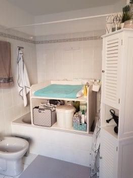 Badewannen Wickelaufsatz aus Holz in weiß